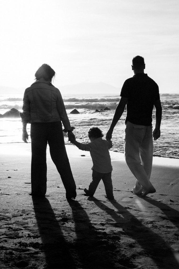 Peques-familia-playa-contraluz