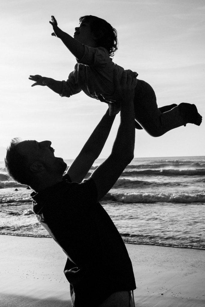 Peques-padre-playa-familia